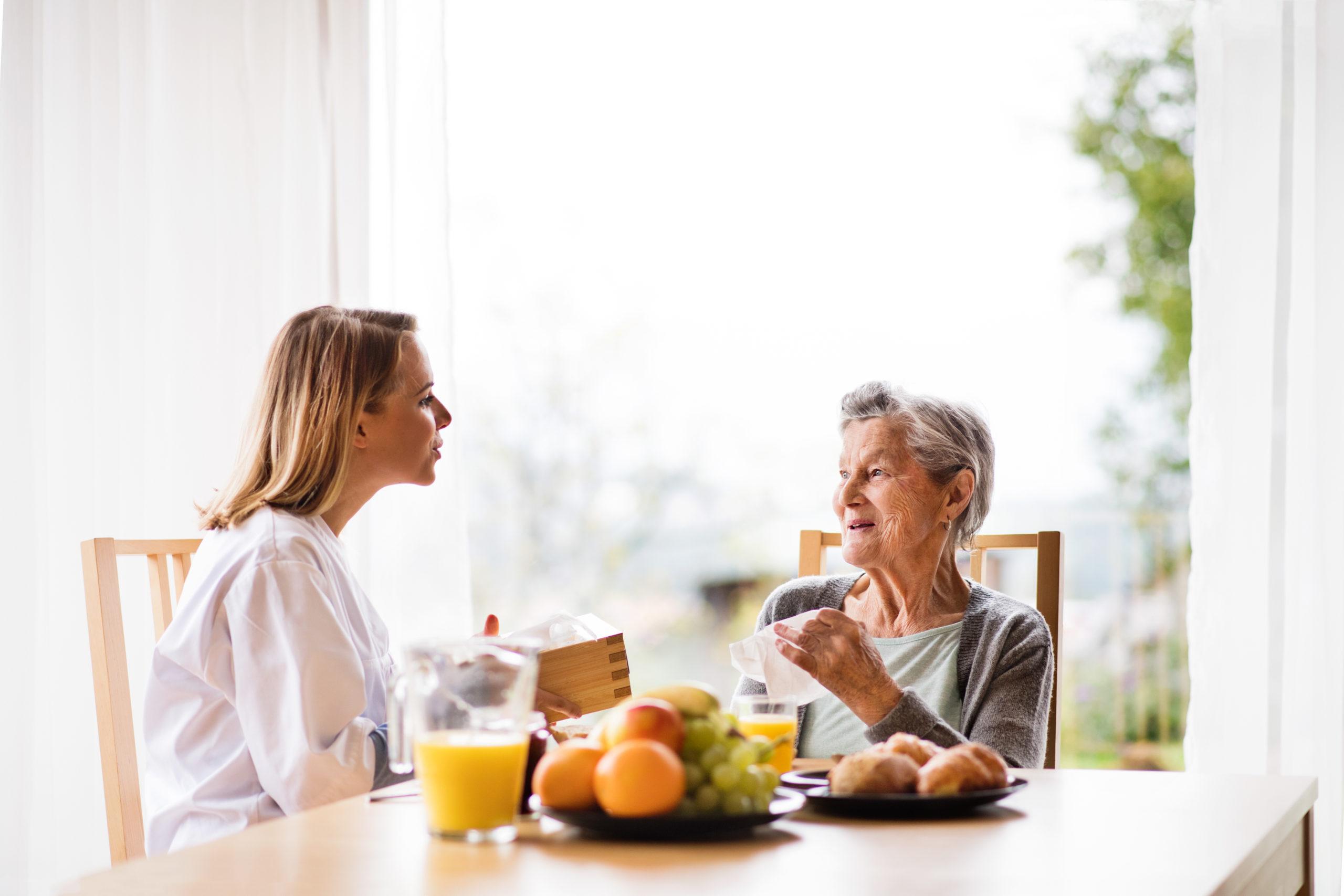 【介護食でもOK】高齢者でも食べやすい!おやつの選び方